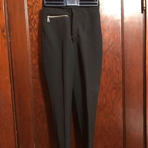 Fitted stirrup ski pants.